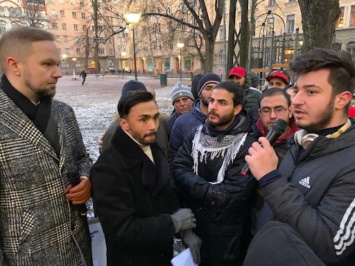 Olli-Poika Parviainen mielenosoittajien haastateltavana
